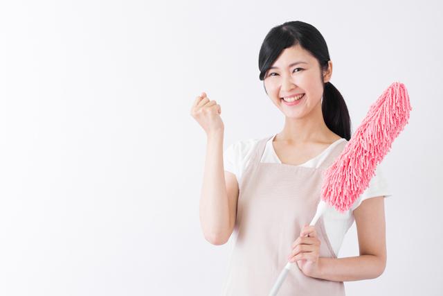 掃除用具を持つ女性