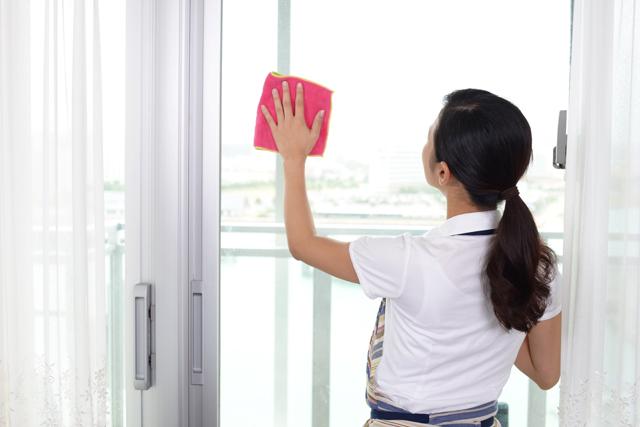 窓を拭く女性