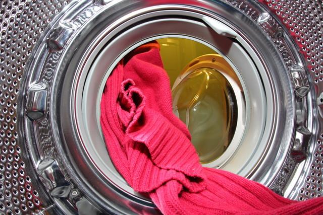 洗濯機で洗っているセーター