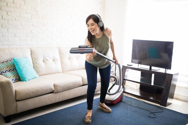 愉しみながら掃除をする女性