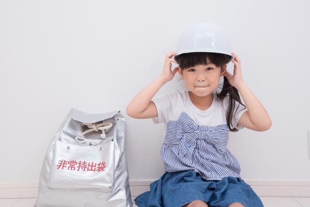 防災 ヘルメットを被る女の子