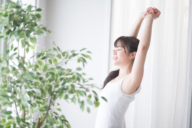 体を伸ばす女性