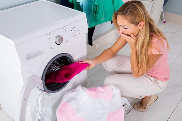 色移りした洗濯物に驚く人