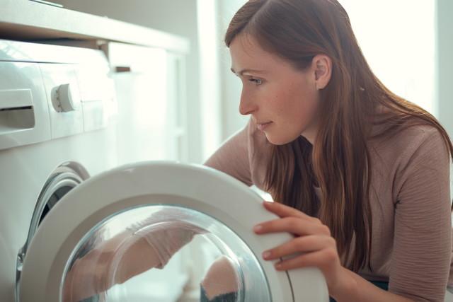女性と洗濯機