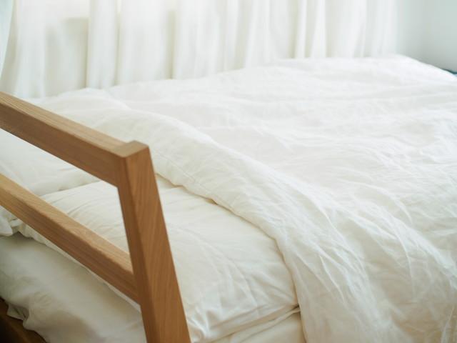 白い清潔な雰囲気の布団とベッド