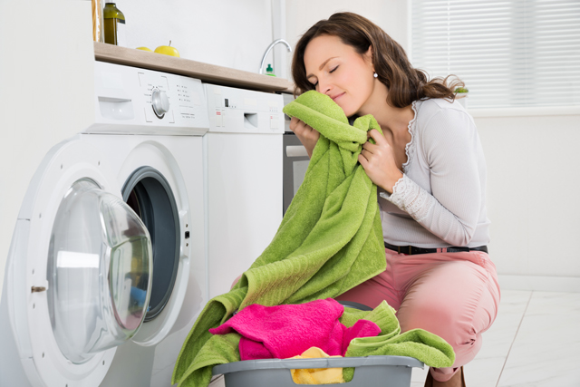 洗濯物の匂いを嗅ぐ女性