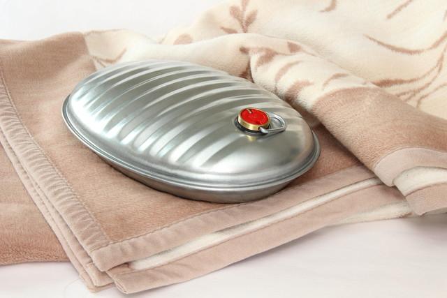 毛布の上に置かれた湯たんぽ