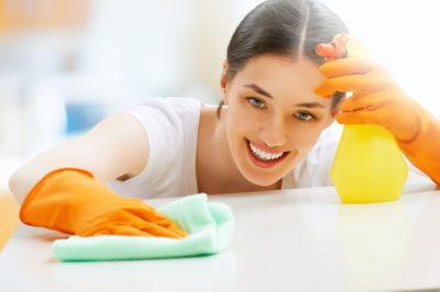 お掃除を楽しくする女性