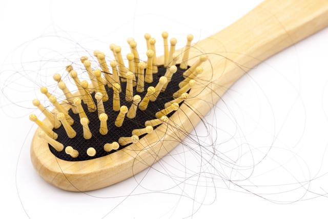 髪が絡まったヘアブラシ