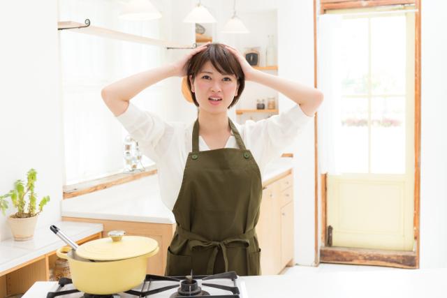 キッチンで困る女性