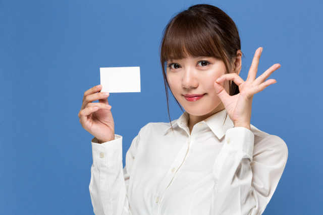 ポイントカードを持つ女性