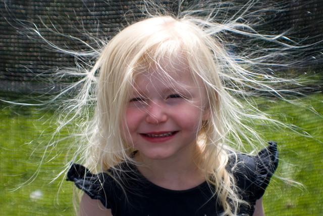 静電気で髪が逆立った子供