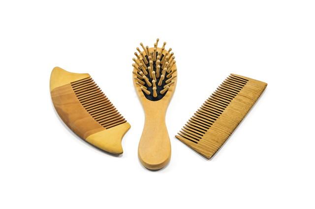 木製のヘアブラシ3つ