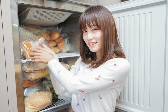 冷凍庫に入っているパン