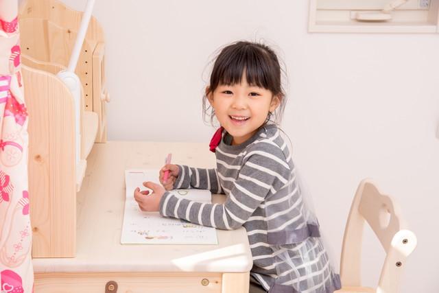 勉強机を使う子ども