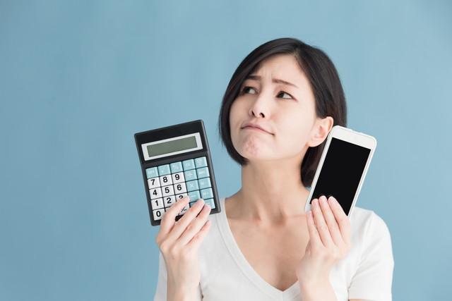 携帯料金に悩む女性