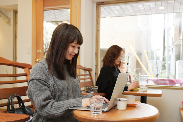カフェでPCを操作する女性
