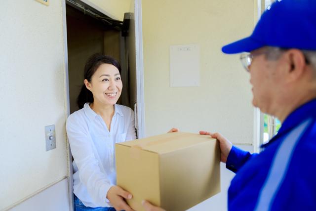 宅配業者と女性