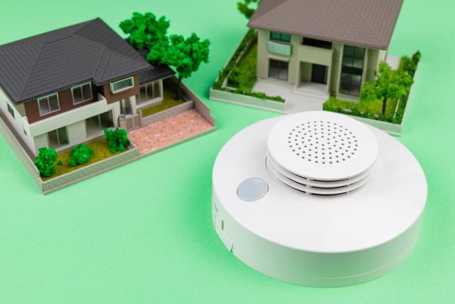家の模型と火災報知器