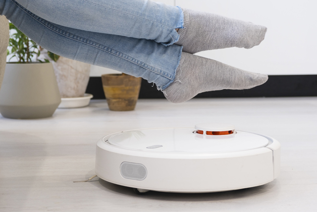 自動掃除機と女性の足