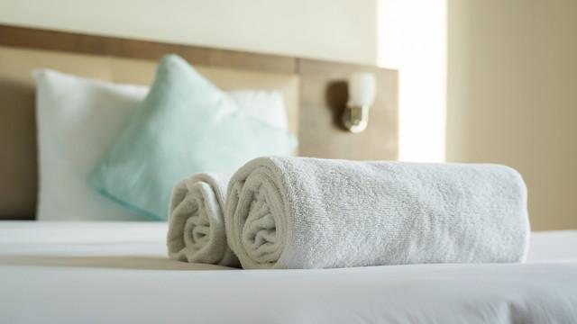 ベッドの上にあるタオル