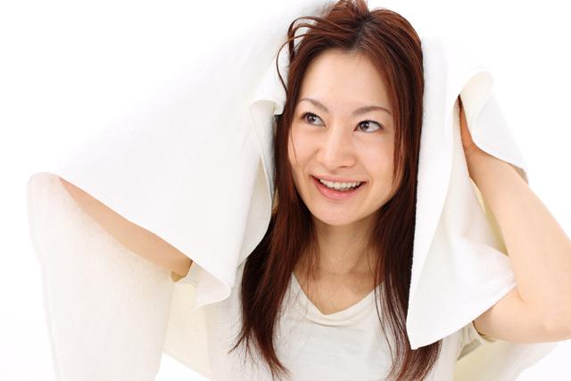 髪を拭く女性