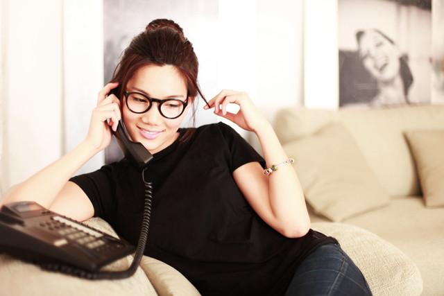 自宅で電話をする女性