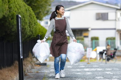 ゴミを捨てに行く女性