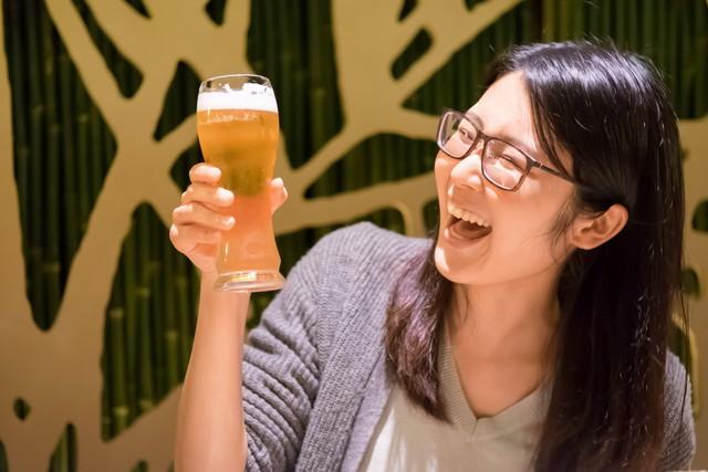 美味しそうにビールを飲む女性