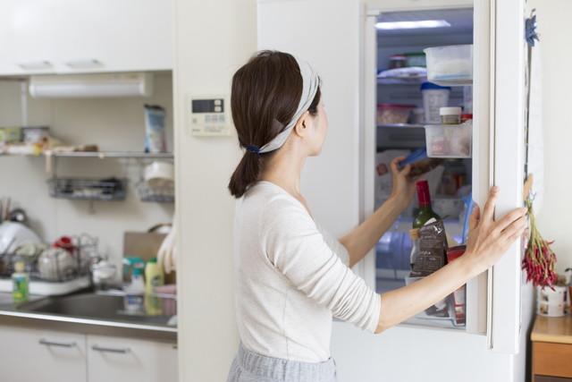 冷蔵庫を使う女性