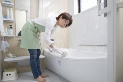 お風呂掃除中の主婦