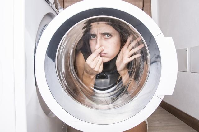 洗濯機で困っている女性