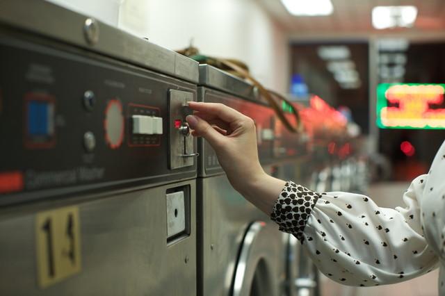 乾燥機にコインを入れる