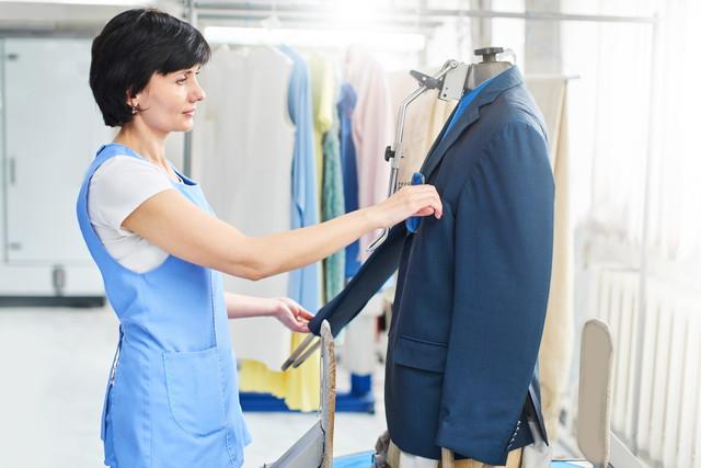 スーツを整えている女性