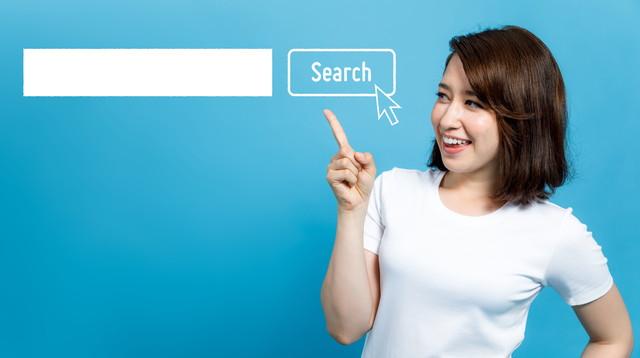 検索バーを指している若い女性