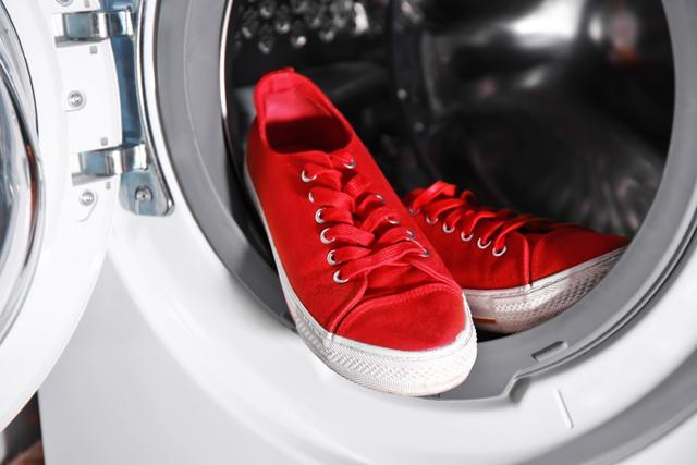 洗濯機と赤いスニーカー