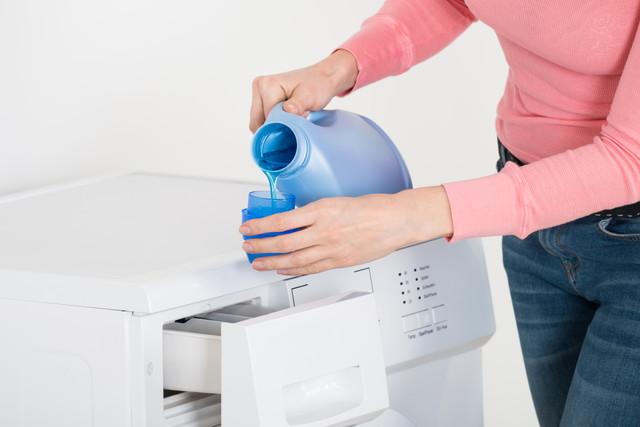 洗濯洗剤を入れる女性