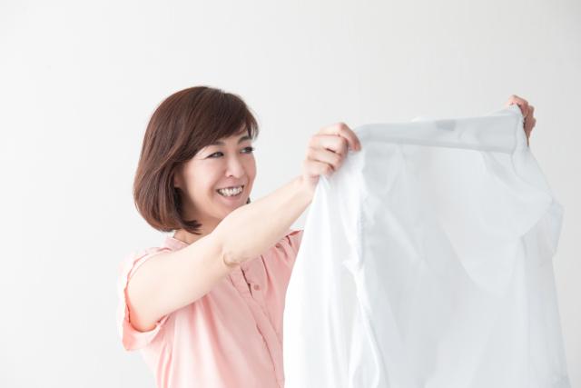 シャツを干す女性