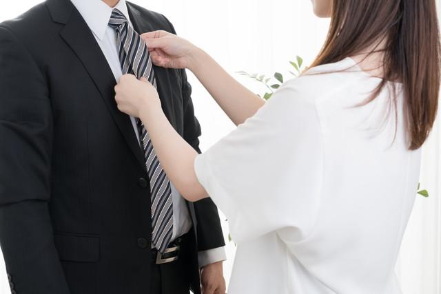 ネクタイを正す女性