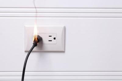 過熱した電気プラグが発火した