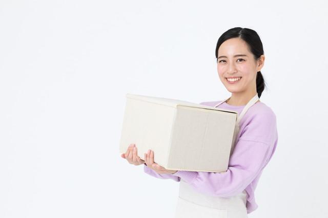 笑顔で掃除する女性