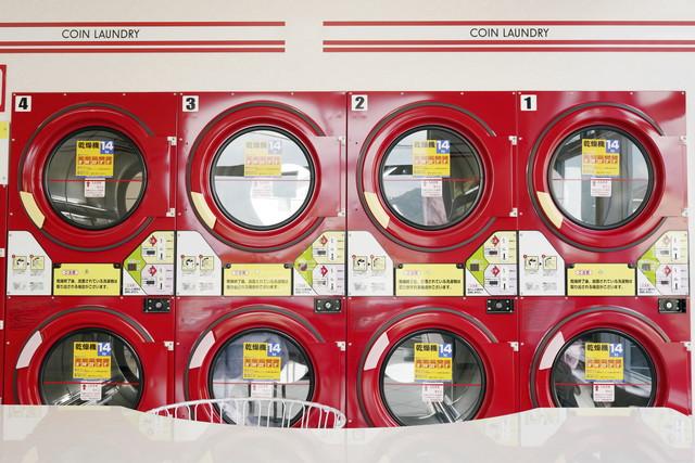 コインランドリー、赤い乾燥機