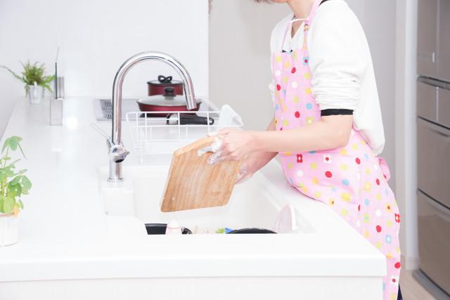 まな板を洗う女性