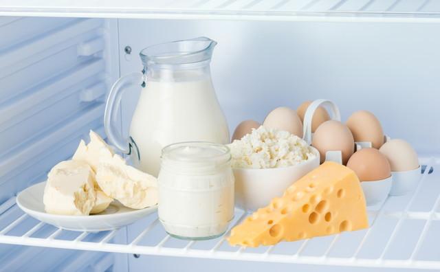 冷蔵庫内の卵と乳製品