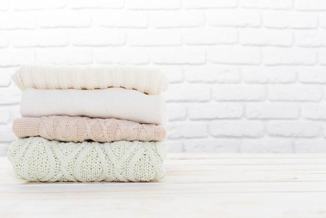 畳まれた複数のセーター