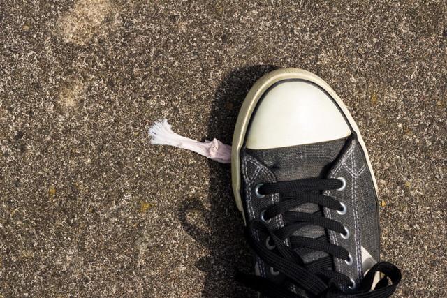 靴についたガムを擦りつけている