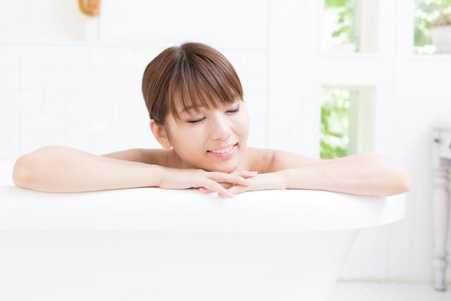 半身浴でくつろぐ女性