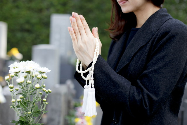 墓参りの女性