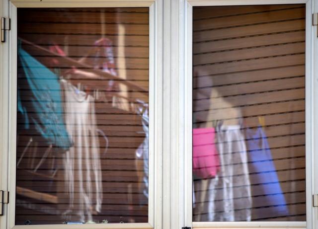 窓に写る洗濯物
