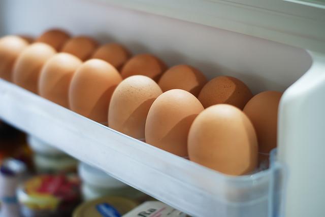 冷蔵庫内のドアポケットに入った卵
